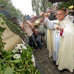 Zvon Jakub Maria požehnal  před Vlašským dvorem Jan Vokál, biskup královéhradecký